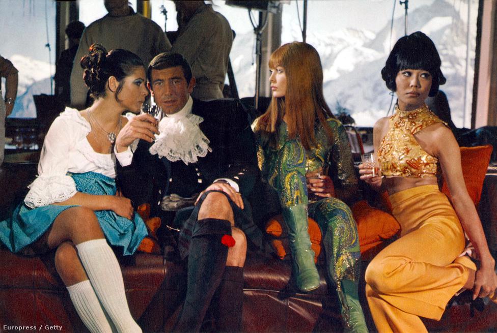 Sean Connery már a Csak kétszer élsz forgatása előtt is utalgatott arra, hogy unja Bond figuráját, mert a média miatta skatulyázta be jóképű akcióhősnek, holott ő drámai szerepeket szeretne. A producerek így kénytelenek voltak új 007-est keresni, aki ezúttal nem egy brit színész, hanem egy ausztrál modell, George Lazenby lett. Aki az Őfelsége titkosszolgálatában forgatásán a visszaemlékezések szerint előszeretettel csapkodta a dögös Bond-lányok fenekét.