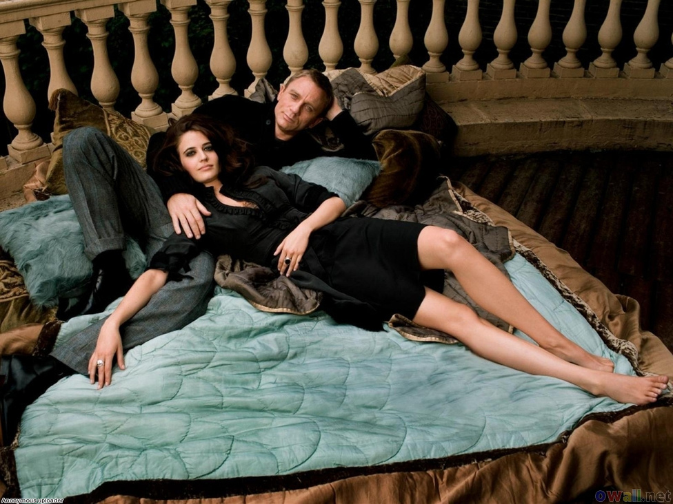 Eva Green már a 2003-as Álmodozókban is meztelenkedett, így mellbedobással győzte le Cécile De France-t és Audrey Tautout a 2006-os Casino Royale Bond-lányáért vívott harcban. Karaktere, Vesper Lynd fontos szerepet kapott a Daniel Craiggel újrakezdett Bond-mítoszban: ő az a nő, akinek az árulása és a halála miatt lett a 007-esből az a cinikus, nőket lenéző, szexmániás tahó, akit a 62-es Dr. Nóban megismerhettünk.
