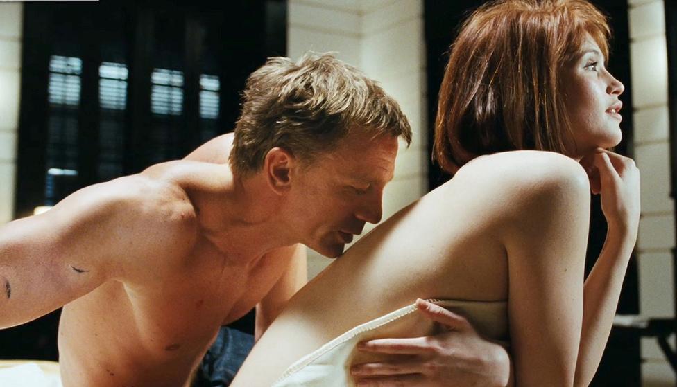 A 2008-as Kvantum csendje már nem volt akkora forradalmi újítás, mint a Bourne-filmek látványos akciókoregográfiáját lenyúló Casino Royale, inkább a múltidézésre koncentrált és a bevált Bond-panelekből építkezett. A 007-essel naivan viszonyt kezdő MI6-alkalmazottat (Gemma Arterton) például ugyanúgy a szexjelenet után ölik meg a gonoszok, mint Jill Mastersont a Goldfingerben, csak itt folyékony arany helyett olajba mártják.
