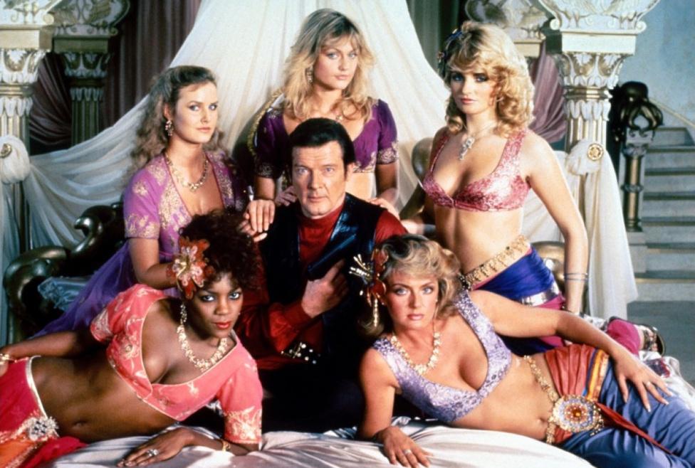 Már megint háremhölgyek ölelgetik Roger Moore-t, ezúttal az 1983-ban mozikba kerülő Indiana Jones-paródiában, a Polipka forgatásán. A filmben Bond ugyanúgy lóhátról ugrik át a gonoszok járművére, ahogy Indy szokott, pedig valójában a kalapos régészt másolták a 007-esről: ez volt Spielberg bosszúja, amiért a United Artists nem engedte Bond-filmet forgatni, mivel nem brit rendező.