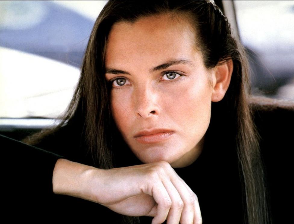 1981-es Szigorúan bizalmasban a francia Carole Bouquet alakította a csinos és bosszúszomjas nyílpuskás lányt, aki a 007-essel együtt kereste az angolok elsüllyedt rakétairányító rendszerét a görög oszlopok között úszkáló cápák és a víz alatti Bond-filmekből sosem hiányzó harci búvárok társaságában.
