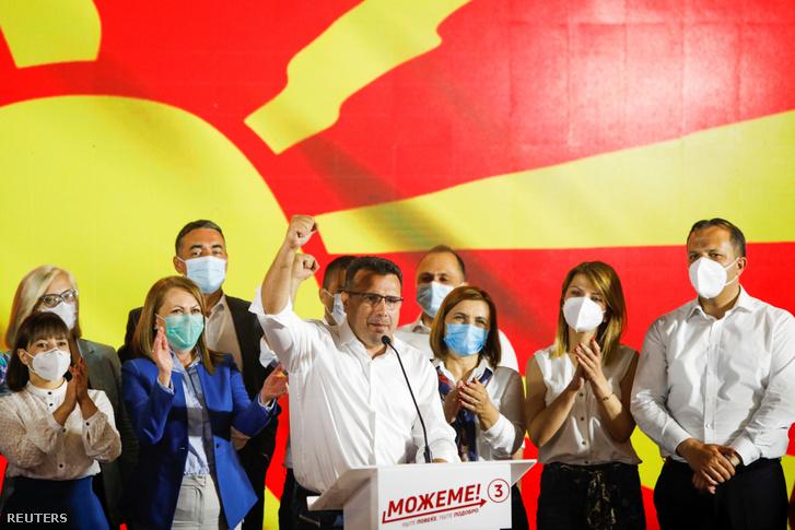 Zoran Zaev miniszterelnök, a baloldali Macedóniai Szociáldemokrata Szövetség (SDSM) választási gyűlésén ünnepli győzelmét