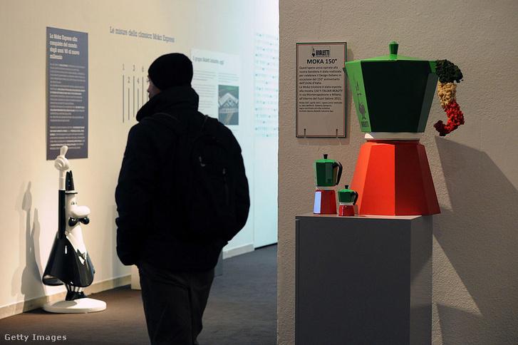 Hatalmas kotyogós kávéfőző egy milánói kiállításon
