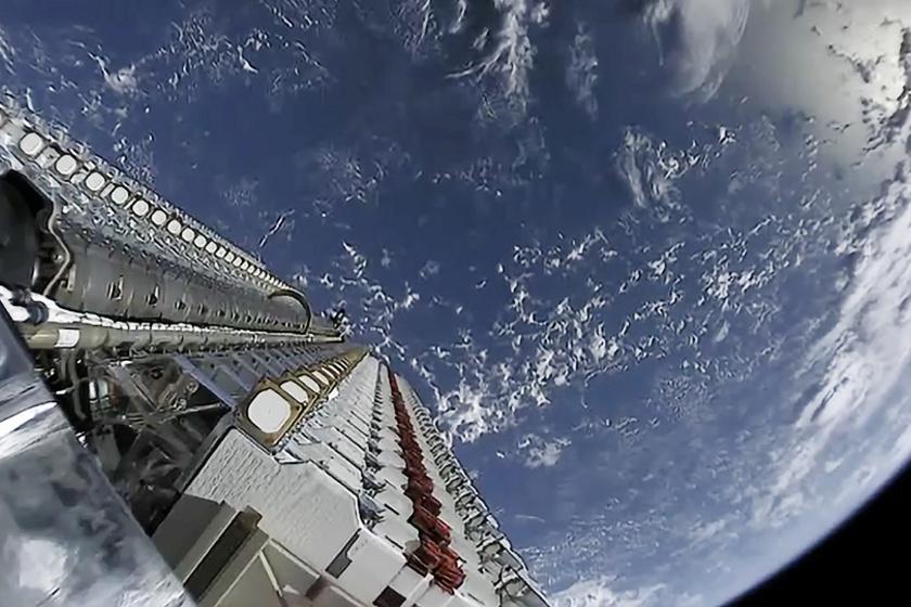 A Falcon 9 rakterében várakozó Starlink műholdak.