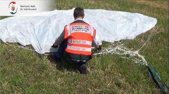 Sárkányrepülőről ejtőernyővel dobták le az ukrán cigarettát a csempészek