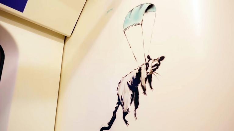 Lemosták Banksy londoni maszkos graffitijeit, mert a takarítók nem tudták, hogy műalkotások