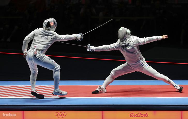 Szilágyi Áron (j) és az amerikai Daryl Homer asszója a riói nyári olimpia férfi kard egyéni versenyének döntőjében a Rio de Janeiró-i 3-as Karióka Arénában 2016. augusztus 10-én. A magyar kardvívó győzött, ezzel megvédte olimpiai bajnoki címét.