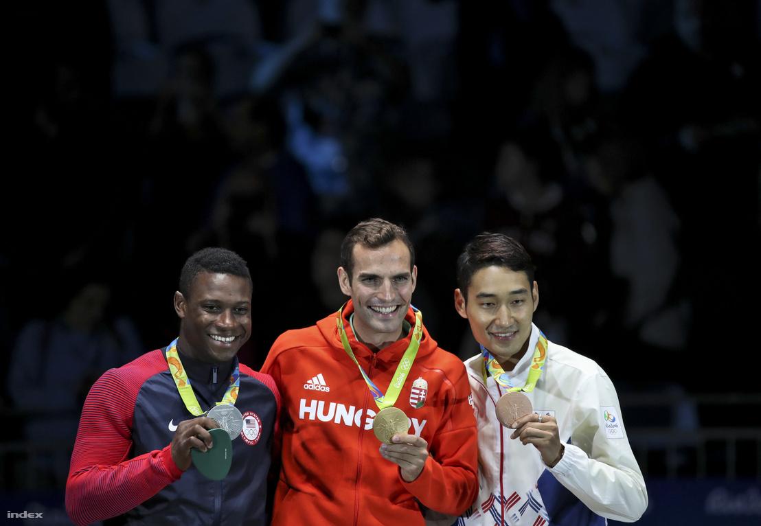 Az olimpiai bajnok Szilágyi Áron (k), a második helyezett amerikai Daryl Homer (b) és a bronzérmes koreai Kim Jung Hvan a riói nyári olimpia férfi kard egyéni versenyének eredményhirdetésén a Rio de Janeiró-i 3-as Karióka Arénában 2016. augusztus 10-én.