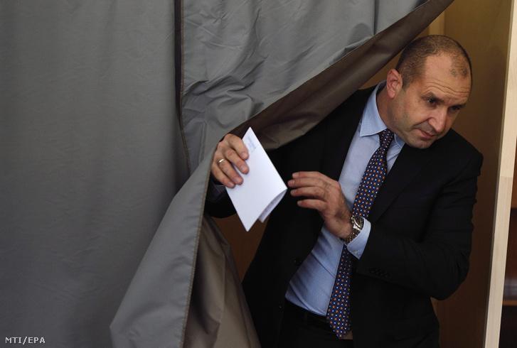 Rumen Radev kilép egy szavazófülkéből a bolgár elnökválasztás második fordulójában Szófiában 2016. november 13-án.