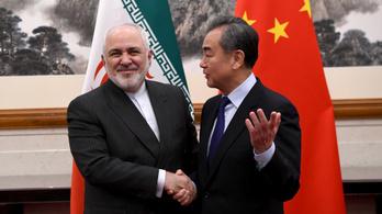 Kína fityiszt mutat Amerikának, kihúzná a gödörből Iránt