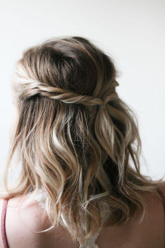 Fogj két vékony tincset a homlokod mellől, és csavard őket össze, majd válassz le még kettőt kicsit lentebbről, és ezeket is. Ismételd meg a folyamatot a másik oldalon, végül pedig fogd össze őket hátul egy hajgumival.
