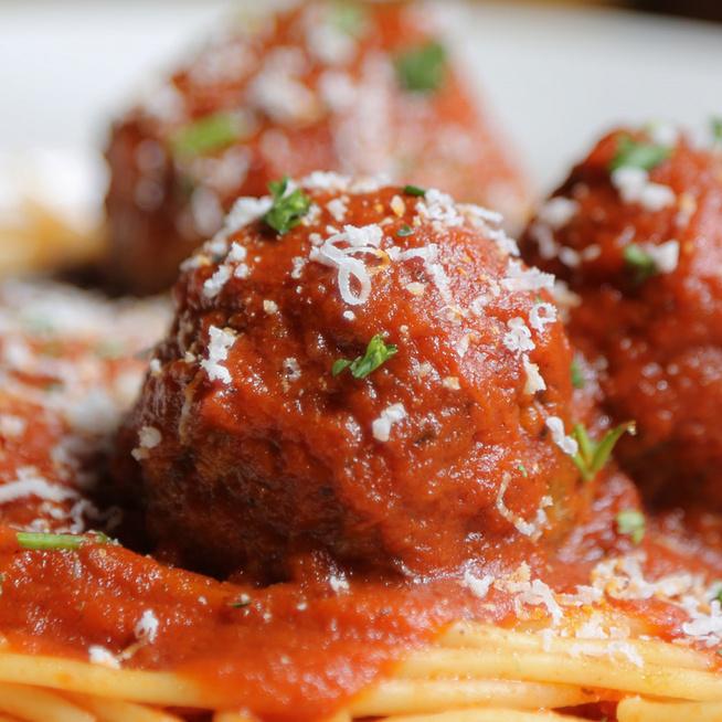 Szaftos, laktató húsgombócos spagetti – Grillen sülnek a fűszeres húsgolyók