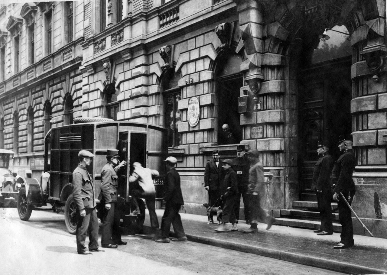 Fiatalkorú elkövetőket szállítanak a bíróságra 1930-ban. A két világháború között ehhez hasonló korai robúrkocsikat használtak fogolyszállításra, elsősorban erőszakos bűncselekmények esetén. A körülmények arra utalnak, hogy már a bírósági szakasz idejére előzetes letartóztatásba helyezhették a gyanúsítottat.