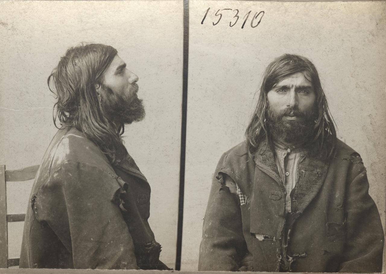 Rabosító fénykép az 1900-as évekből. A hatósági fotózást nálunk az 1880-as évektől kezdték el, a XX. század elején egységesítették a bűnügyi nyilvántartásba vételhez szükséges fotók rendjét, amely alapvetően három képből állt (szemből, félprofil, profil). A kicsit raszputyinos hosszú hajú delikvens bűneit csak találgathatjuk: vagyon elleni bűncselekmény? (Ál)koldulás? Egzisztencialista megfontolásokból elkövetett emberölés?