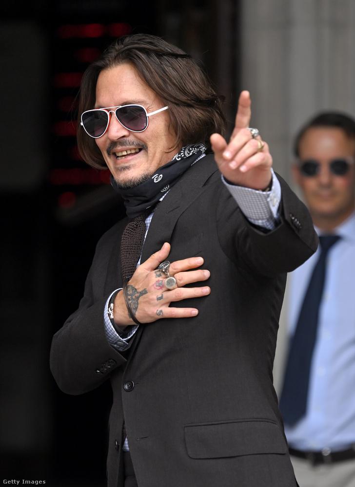 """""""Senkinek sem szeretném népszerűsíteni a drogokat, alkoholt, erőszakot vagy tébolyt, de nekem mindig is bejöttek"""" – ironizált jelenleg folyó tárgyalássorozata alatt a bíróságon Johnny Depp a Daily Mail beszámolója szerint"""