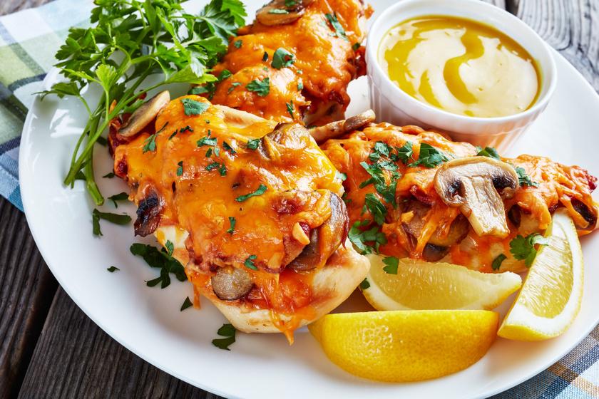 Gombás, baconös csirkemell a sütőből: cheddar sajttal fenséges