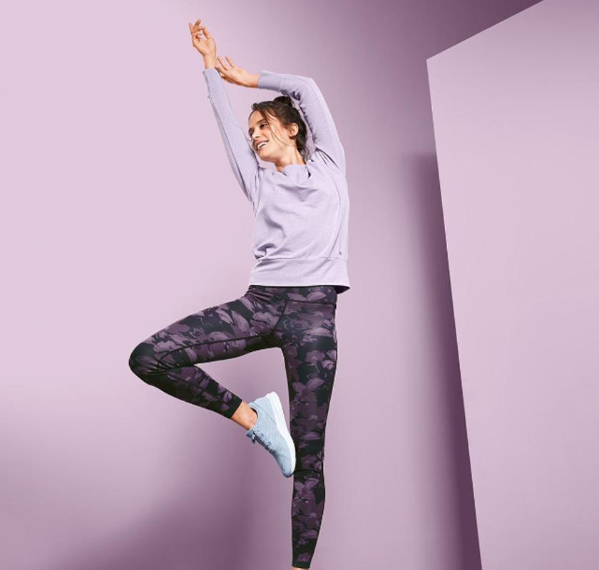 A Tchibo kifordítható, lila-fekete színvilágú, remek nedvességelvezető sportnadrágja XL és XXL méretben kapható, ára: 6995 forint.