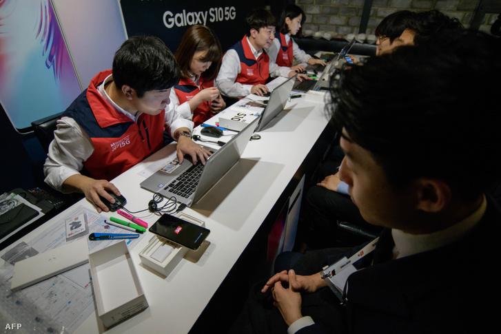A Korea Telecom ügyfelei átveszik a Samsung Galaxy S10 5G készülékeiket Szöulban 2019. április 5-én.