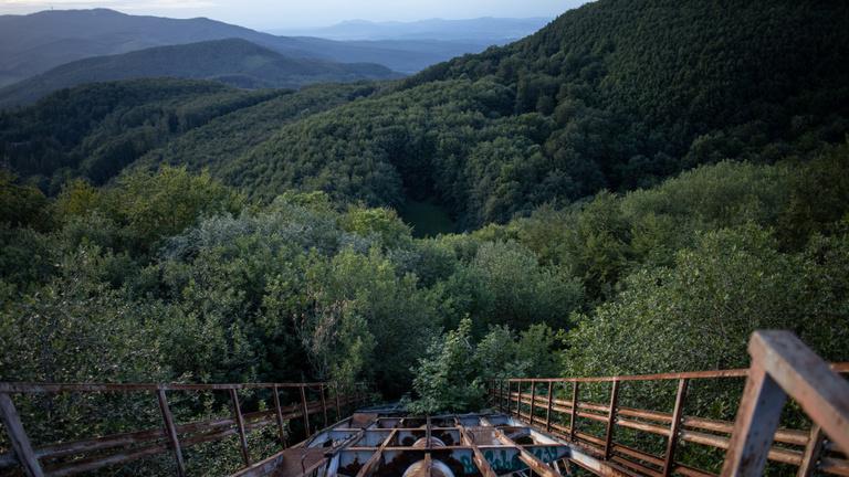Az erdő mélyén rozsda eszi Magyarország legnagyobb sísáncát