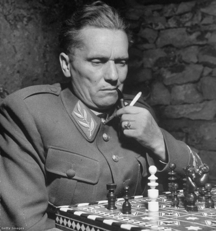 Josip Broz Tito szeretett sakkozni, dohányozni és a fotókon is szívesen pózolt egyenruháiban.
