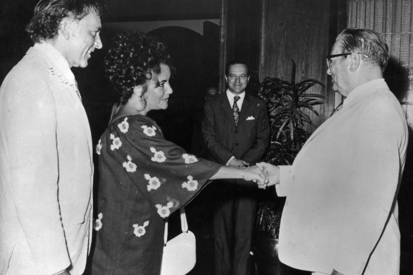 Tito nyári rezidenciájában üdvözli Elizabeth Taylort és férjét, Richard Burtont.