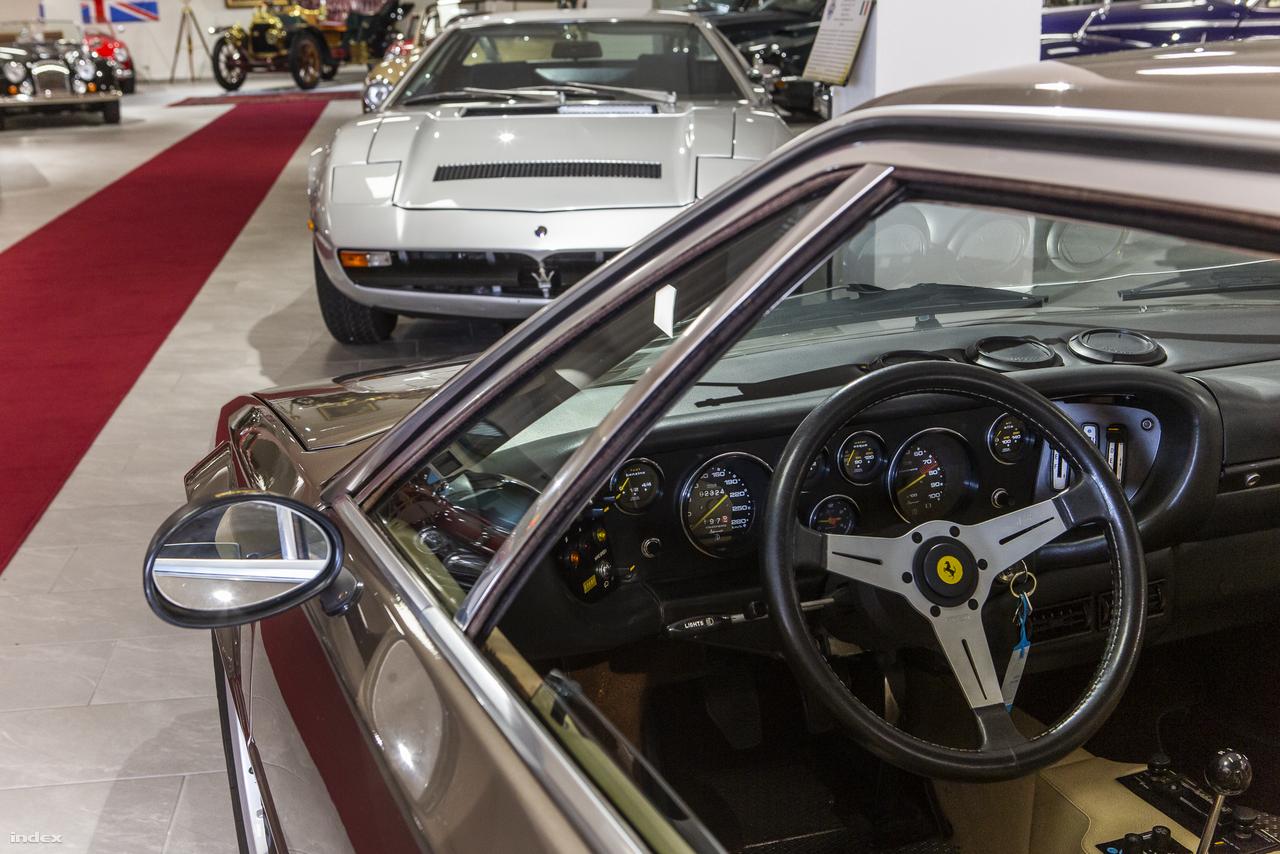 A Kaáli-garázsban farkasszemet néz két középmotoros olasz fenevad is. Ha választani kellene, hogy a Maserati Merak vagy a Ferrari Dino 308 GT4 slusszkulcsát markoljuk fel a pultról egy szép napos őszi reggelen, bajban lennénk. Giorgetto Giugiaro (Italdesign) és Marcello Gandini (Bertone) olasz tervezőgéniuszok alkotásai közt dönteni valószínűleg a legédesebb szenvedés, amit egy autógyűjtőnek át kell élnie.