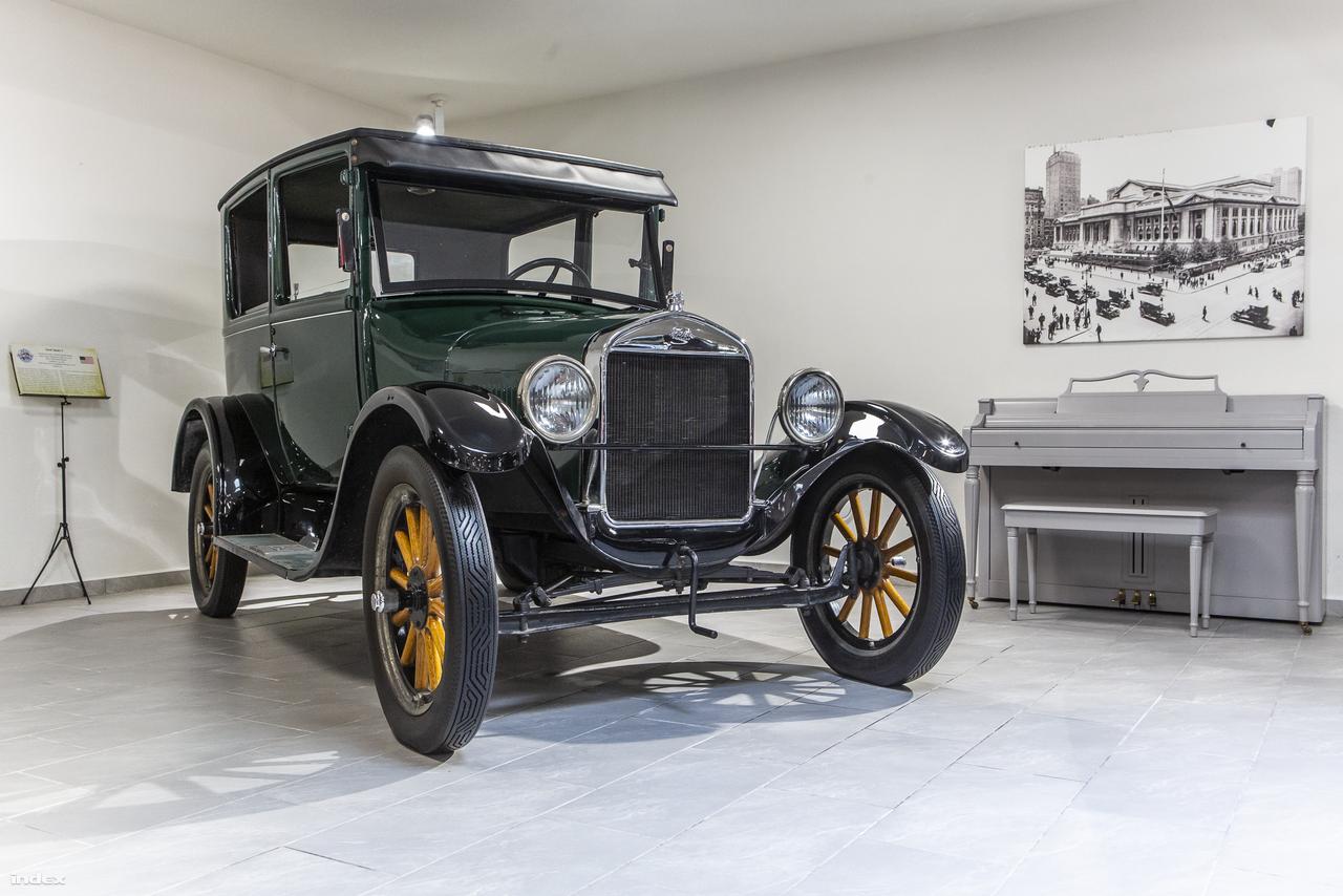 Ez az 1927-es Ford T-Model az egyik legöregebb autó a gyűjteményben (egy 1914-es belga Fabrique Nationale Model 1950 a rangidős). A magyar származású tervező, Galamb József segítségével megalkotott 2,9 literes, négyhengeres gépkocsi a modern, sorozatgyártásos autógyártás alapvetése volt, ami forradalmasította az automobilizmus világát. A T-Model igazi amerikai népautóvá vált:  1908 és 1927 között több mint 15 millió készült belőle.