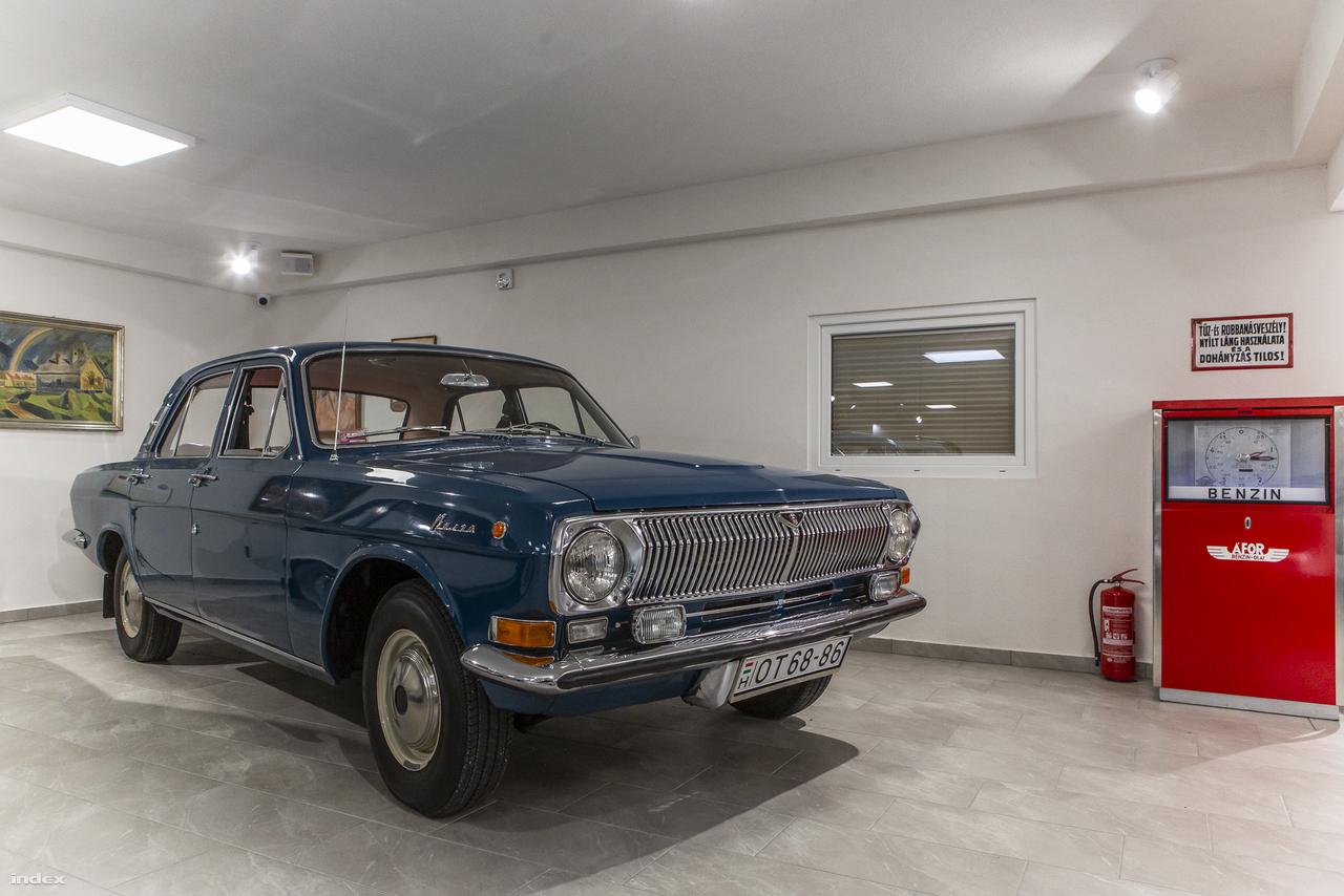 A szocialista autóipar több klasszikus típusa is jelen van a múzeumban (van például Skoda, Moszkvics, Wartburg, Zastava is az 50-es, 60-as, 70-es évekből). Ez az 1977-es GAZ M24 Volga - TSZ-elnökök nagy kedvence – mint a szovjet gépkocsigyártás egyik legsikeresebb terméke képviseli a vasfüggöny keleti oldalát. Az elnyűhetetlen, de legendásan nagy fogyasztású Volga tervezése a 60-as évek elején kezdődött, 1970-ben dobták piacra, mdernizált változatát 2010-ig gyártották, sőt még Nyugat-Európába is exportálták.