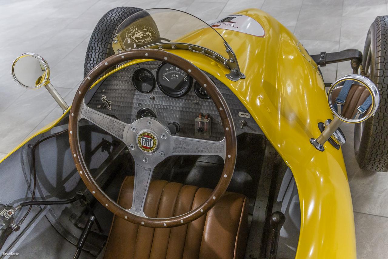 """Egy pazar belga építésű versenyautó 1952-ből: a Fiat Special F3, amit a nemzetközi 500 Owners Association társaság is nyilvántart. Soros, négyhengeres, 500 köbcentis motorja motorkerékpárból lett autóversenyzés céljaira átalakítva. Története a második világháború utáni korszakba nyúlik vissza, amikor az autósport-rajongók szerettek volna minél gyorsabban visszatérni kedvenc hobbijukhoz. Először Nagy-Britanniában jelentek meg és kezdtek versenyezni a félliteres motorkerékpár-motorral szerelt kis versenyautók, a mozgalomból pedig 1950-ben a nemzetközi Formula-3 kategória nőtt ki, amelyet már a Nemzetközi Automobil Szövetség, a FIA is jóváhagyott. Olyan legendás versenyzők, mint Sir Stirling Moss vagy Ken Tyrrell is ebben a kategóriában kezdték pályafutásukat. Magyarországon az 1950-es évek elején az autósport a """"tűrt"""" kategóriába tartozott, a Formula-3 szabályai alapján született meg a hazai versenyautók 1100 köbcenti alatti kategóriája, ahol különböző járműjavítók, taxitársaságok, illetve a MÁVAUT és az Ikarus"""