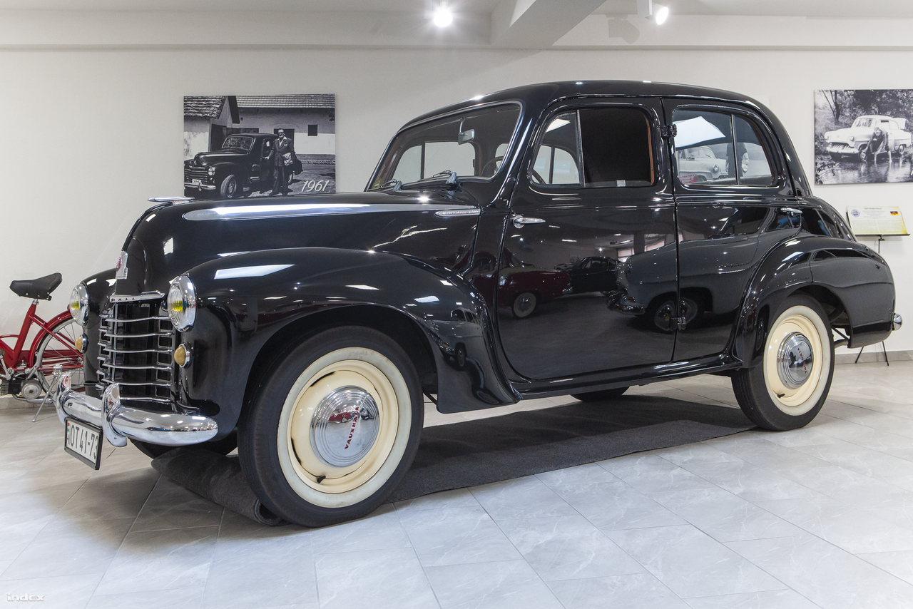 """Vauxhall Velox (1949). """"Az első családi autónkat, egy 1948-ban gyártott Vauxhall Veloxot Német Imrétől, a londoni olimpia kalapácsvetó bajnokától vette édesapám 1959-ben. Ez az autó családi ereklyévé vált, ezzel jártunk először külföldön, 1960-ban eljutottunk egészen a Fekete-tengerig, rajta tanultam meg vezetni 17 éves koromban."""" A múzeumba került példányt több autóból származó alkatrészek felhasználásával restaurálták. """"A mi Voxinkat egyébként 1963-ban adtuk el és hiányos roncsai a mai napig Orosházán megtalálhatók."""""""