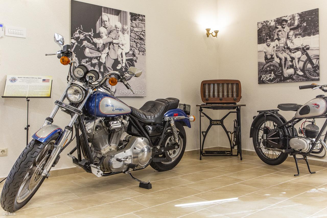"""A Kaáli-gyűjtemény kezdőpontja, az 1987-ben New York-ban vásárolt Harley-Davidson FXRS Low Rider. A 1337 köbcentis, 58 lóerős, négyütemű V2 motorral szerelt kétkerekű ideális volt hosszú túrautakra, és Kaáli Nagy Géza nem akart tőle megválni. Hazaköltözésekor magával hozta Amerikából a motort is, és ez adta a kezdőlökést: """"jött egy merész gondolatom, hogy azokat a családi járműveket, amelyekhez személyes emlékek is kötnek, megpróbálom megszerezni""""."""