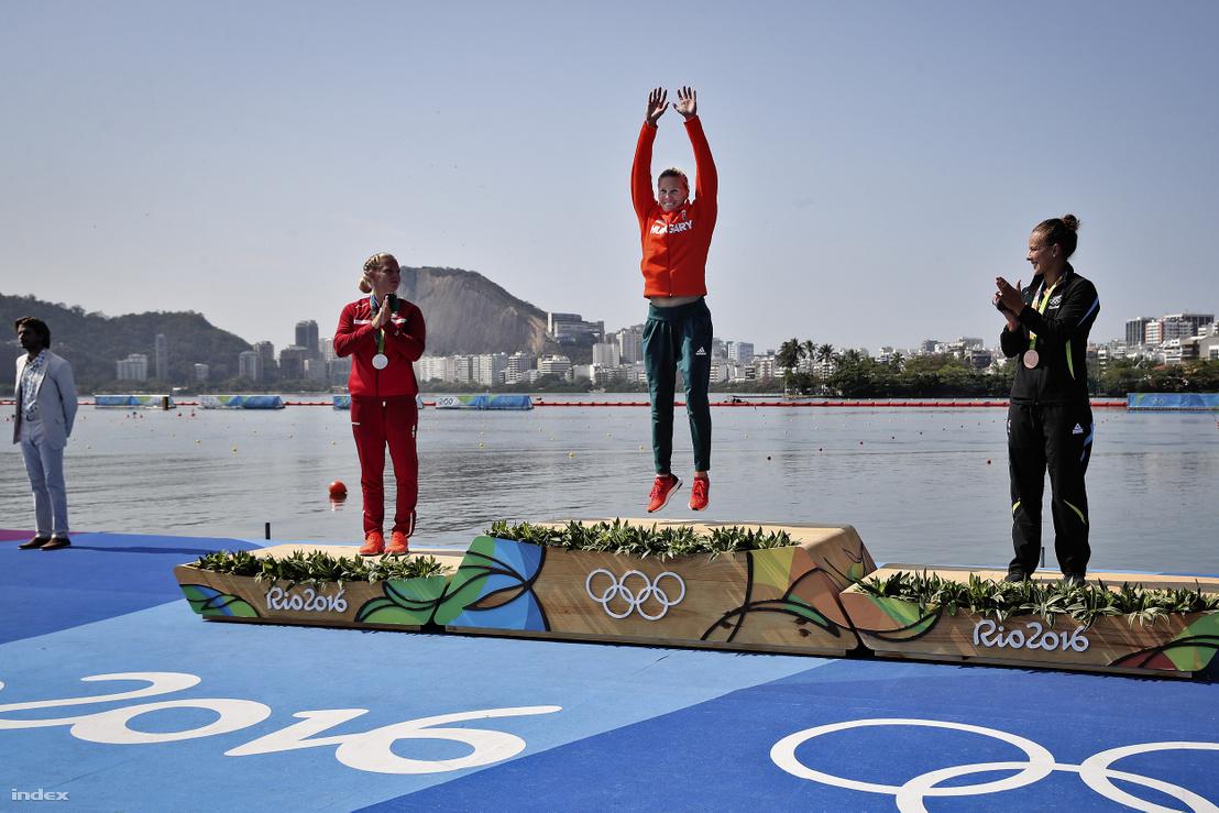 A második helyezett, dán Emma Jorgensen, Kozák Danuta és a harmadik helyen végzett új-zélandi Lisa Carrington a női kajak egyesek 500 méteres versenyének eredményhirdetésén 2016. augusztus 18-án.