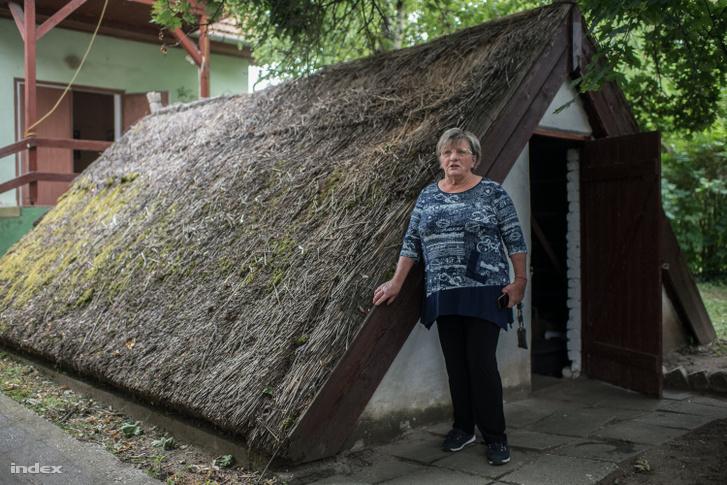 Gál Tiborné Erzsébet egy Csányban bemutatóházként működő dinnyéskunyhó előtt. Ilyenekben laktak a vándordinnyések.