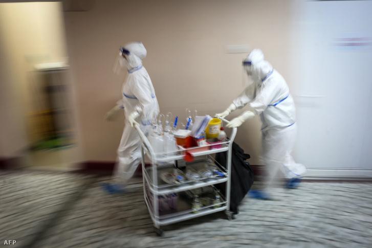 Egészségügyi dolgozók gyógyszereket visznek egy belgrádi kórház koronavírussal fertőzött beteg fogadásárra kialakított osztályán 2020. július 14-én