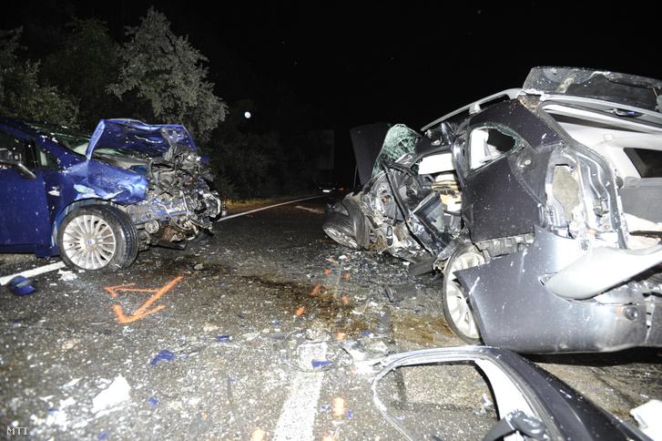 Összeroncsolódott személygépkocsik ütközés után Vác külterületén a 2-es főúton 2020. július 17-én