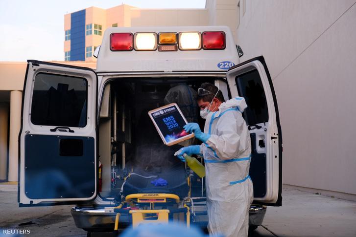 Mentős fertőtlenít betegszállítás után a floridai Pembroke Pine Memorial West Kórházánál 2020. július 13-án