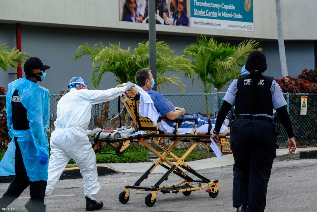 Beteg érkezik a Florida állambeli Miamiban lévő North Shore Medical Centerbe 2020. július 14-én, ahol a koronavírussal fertőzötteket kezelik