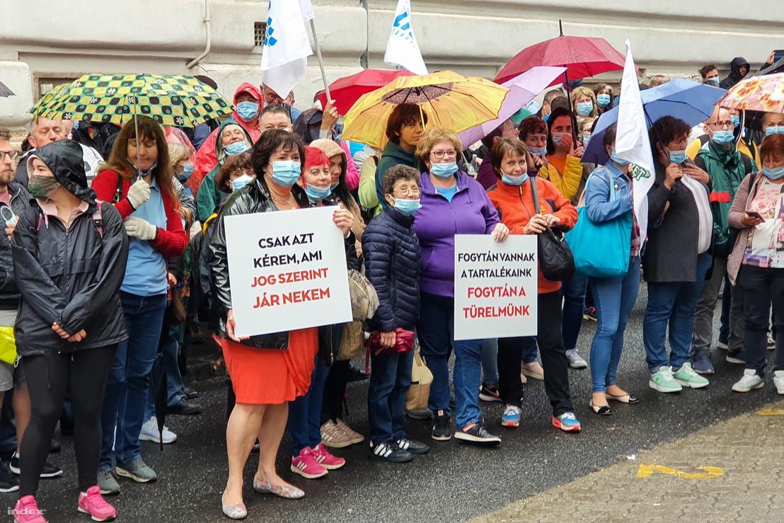 Postás dolgozók a Vám utcában, a nemzeti vagyon kezeléséért felelős tárca nélküli miniszter irodája előtt