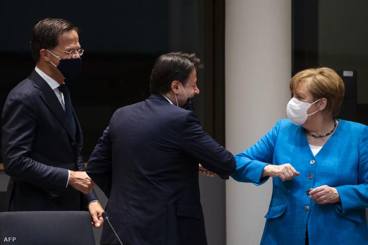 Angela Merkel német kancellárt üdvözli Giuseppe Conte olasz miniszterelnök, mellettük Mark Rutte holland kormányfő a brüsszeli EU-csúcstalálkozón 2020. július 18-án