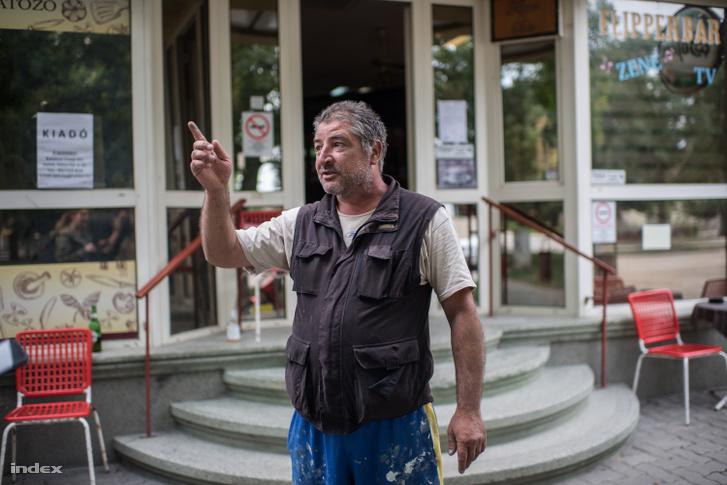 Helyi férfi mesél a vízhelyzetről a kocsma előtt.