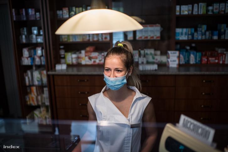 Gyógyszertáros Kiliti patikájában.