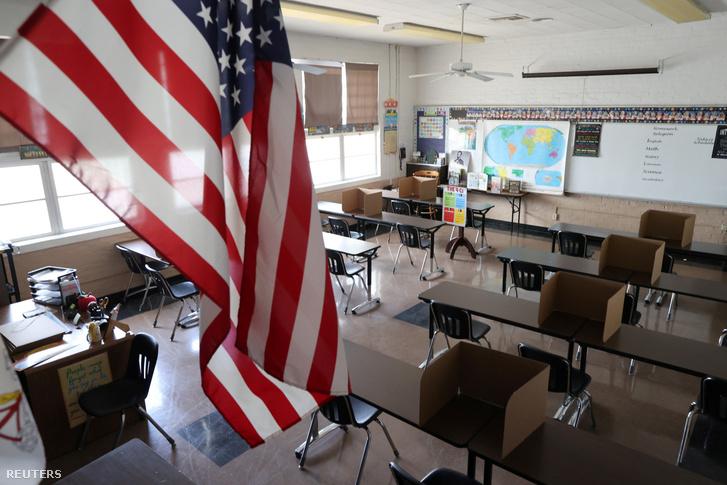A szociális távolságtartás miatt kihelyezett kartonok a Los Angeles közelében lévő Montebello egyik iskolájának tantermében 2020. július 14-én