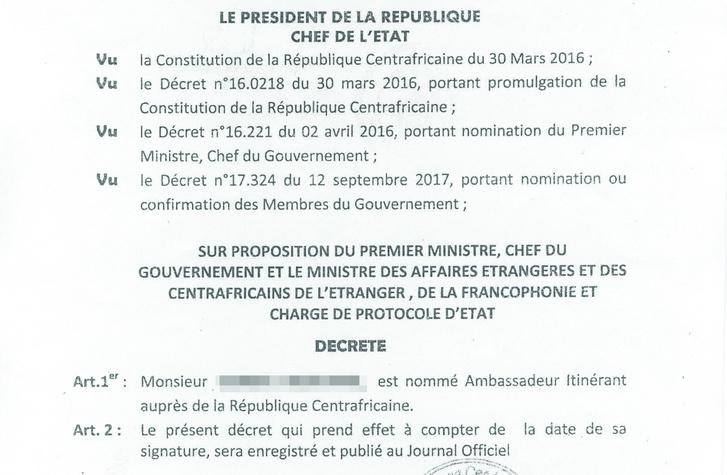 A Közép-Afrikai Köztársaság elnöke kinevezte Krisztiánt nagykövetnek. Ez a dokumentum - az útlevelekkel ellentétben - tényleg eredeti. Forrás: Index.hu
