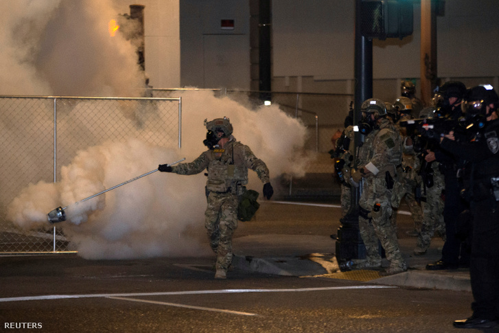 Szövetségi rendfenntartók könnygázt vetnek be a tüntetők ellen.