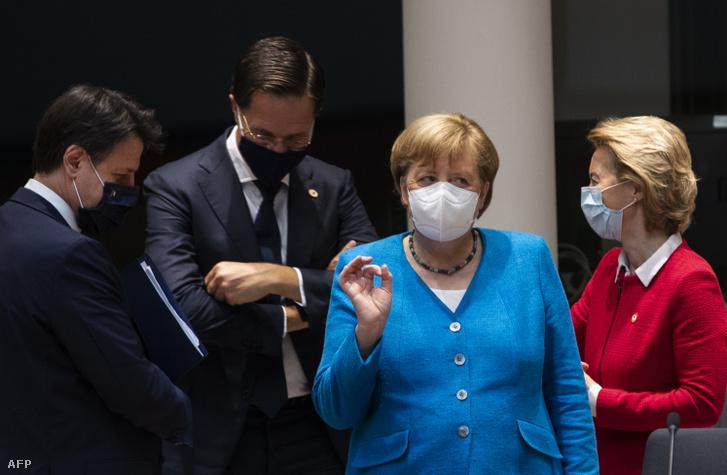 Giuseppe Conte, Mark Rutte, Angela Merkel és Ursula von der Leyen az Európai Unió kétnapos brüsszeli csúcstalálkozóján 2020. július 18-án.