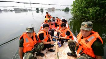 Tizennégyen meghaltak, milliókat kellett evakuálni az áradások miatt Kínában