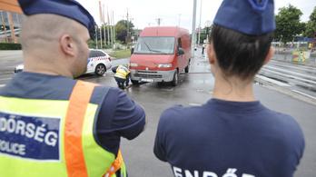 Három embert ütött el egy járdára hajtó furgon Budapesten