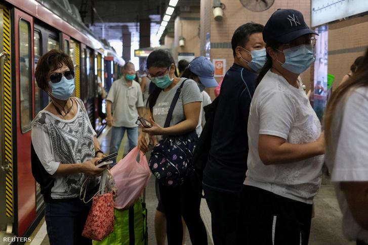 Arcmaszkos utasok a Hongkongban, július-19-én