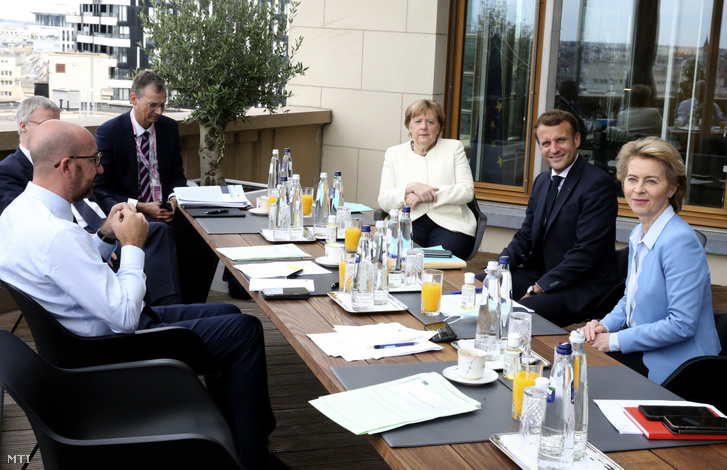 Charles Michel, az Európai Tanács elnöke (b), Angela Merkel német kancellár (j-3), Emmanuel Macron francia elnök (j-2) és Ursula von der Leyen, az Európai Bizottság elnöke (j) az Európai Unió csúcstalálkozójának harmadik napján Brüsszelben 2020. július 19-én