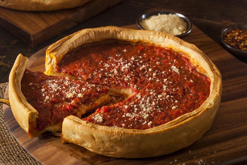 Ropogós szélű sajtos pizza úgy, ahogy Chicagóban szeretik: tortaformában is elkészíthető